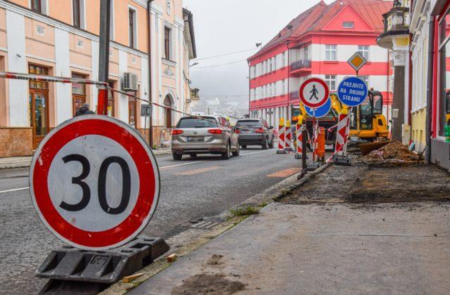 Samosprávy budú môcť opravovať chodníky či cesty, umožní im to novela zákona