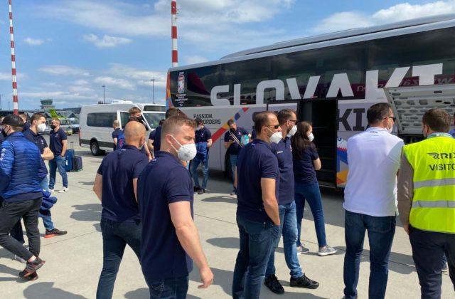 Slovenskí hokejisti prileteli do Rigy na majstrovstvá sveta, čaká ich päťdňová karanténa