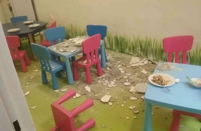 V bratislavskej škôlke spadla zo stropu omietka, jedno dieťa museli previezť do nemocnice (foto)