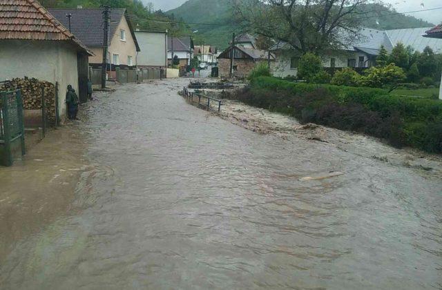 Pri Rudne nad Hronom sa pretrhla nádrž, voda pretekajúca obcou už usmrtila osobu (foto)