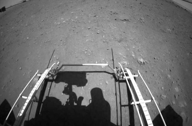 Čínsky rover Ču-žung zišiel z pristávacej platformy na povrch Marsu a začal prieskum terénu