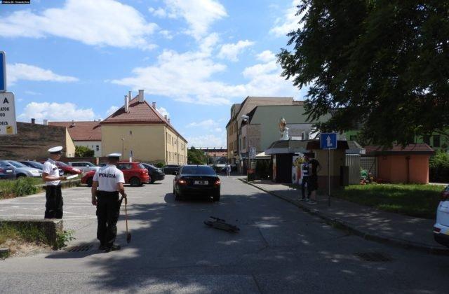 Kolobežkár v protismere čelne naradil do auta, skončil v trnavskej nemocnici