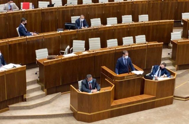 Minister Matovič si v parlamente vymieňal invektívy s Blahom zo Smeru (video)