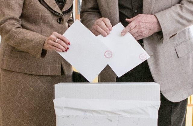 Strany nemôžu na kampaň v komunálnych a krajských voľbách míňať koľko chcú, vláda zmenila aj moratórium
