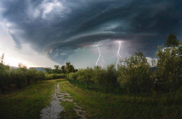 Pre celé územie Slovenska platia výstrahy pred búrkami, na horách si dajte pozor na silný vietor