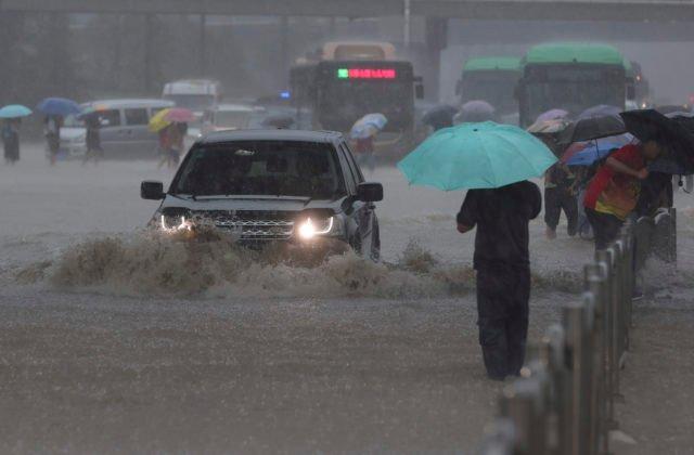 Záplavy v Číne si vyžiadali najmenej 12 mŕtvych, armáda musela odstreliť priehradu (foto)