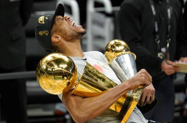 Greek Freak rozhodol finále NBA skvelými 50 bodmi, Milwaukee Bucks oslavujú titul po 50 rokoch