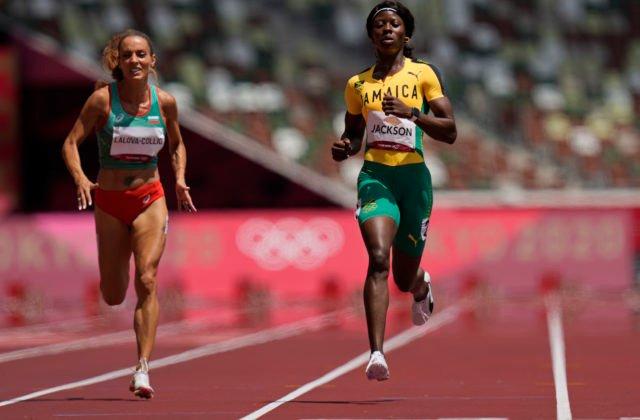 Jamajská šprintérka sa na olympiáde v Tokiu prepočítala, vypustený finiš ju pripravil o semifinále (video)