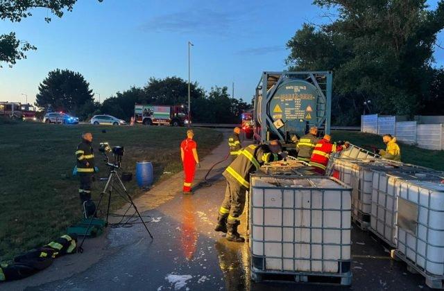 Pri odpočívadle Zeleneč vytiekli z cisterny stovky litrov kyseliny, na mieste zasahovali aj hasiči (foto)