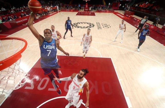 Basketbalisti USA vyradili na olympiáde v Tokiu úradujúcich majstrov sveta, Španieli premárnili 10-bodový náskok (video)