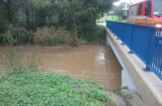 V okresoch Prievidza a Bánovce nad Bebravou hrozia povodne, meteorológovia vydali aj výstrahy