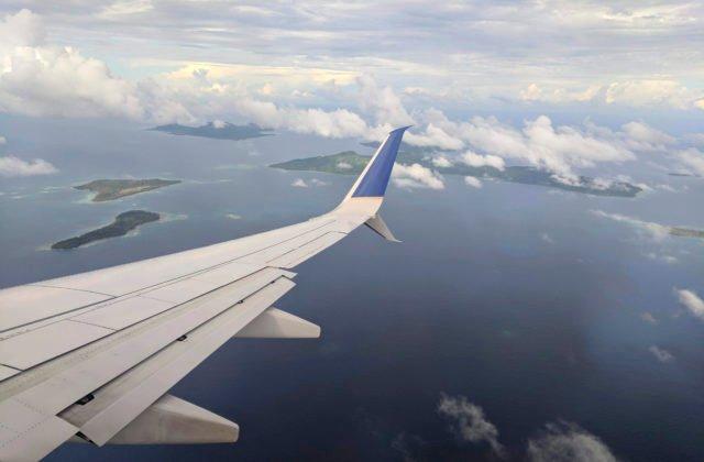 Sex na palube lietadla. Pasažierka orálne uspokojila muža + VIDEO