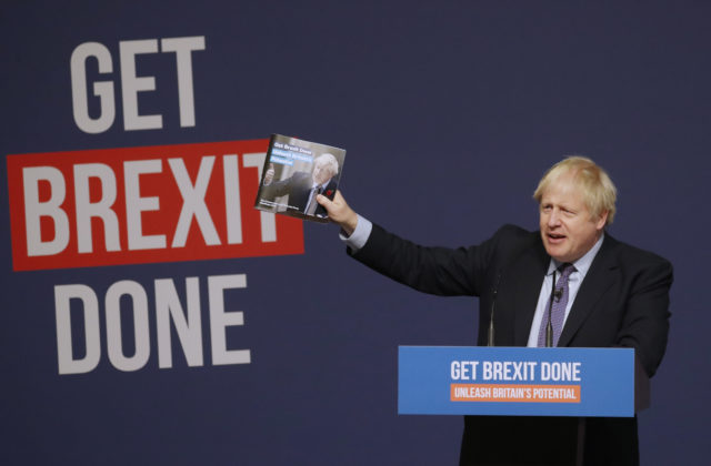 Johnson pomýšľa na najhoršie, obyvateľov Británie pripravuje na novoročný šok