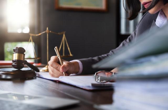 Štát dlží advokátom peniaze za vykonané obhajoby, požadujú splnenie záväzkov