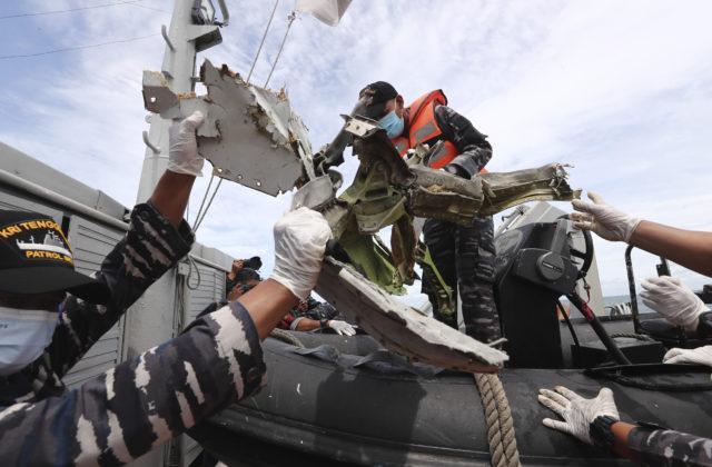 Boeing dopadol na hladinu neporušený, potápači z mora vytiahli čiernu skrinku