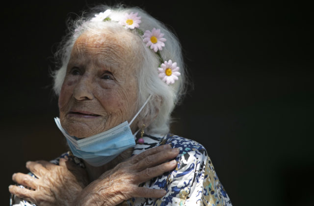 """Zažila dobu, keď ľudia """"zomierali ako muchy"""". Dnes starenku z Brazílie zaočkovali medzi prvými"""