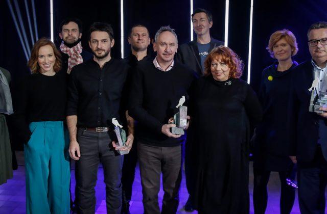 """Ocenenie Biela vrana získala študentská iniciatíva """"Za našu FIIT"""", cenu dostal aj vedec, sudca a manželia"""