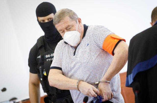 Súd s Kováčikom sa nezačal podľa plánu, ale už predviedli obvineného svedka Zemana (video)
