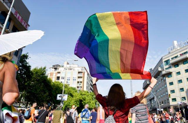 Únia by mala odstrániť LGBT ľuďom prekážky z cesty, europoslanci sú za uznávanie ich manželstiev