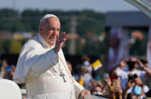 Do Šaštína prišli na omšu s pápežom Františkom desaťtisíce pútnikov, nechýbal ani Bezák (foto)
