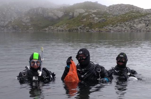 Potápači vylovili z tatranských plies 60 kilogramov odpadu, našli aj požiarny hák z čias monarchie