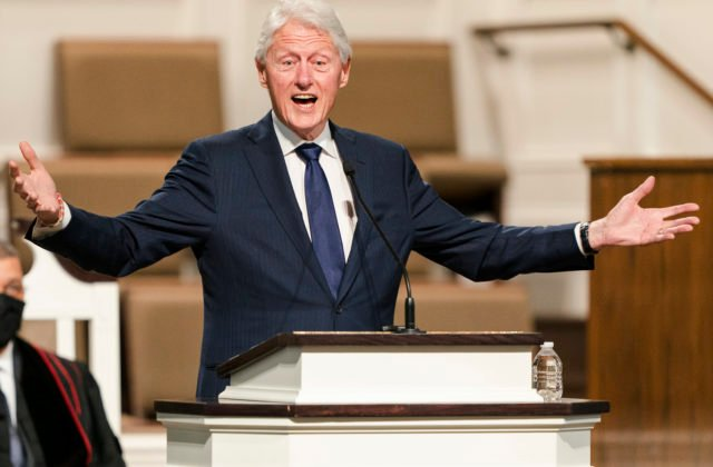 Bývalý americký prezident Clinton bol hospitalizovaný v nemocnici, čelí dlhoročným zdravotným problémom