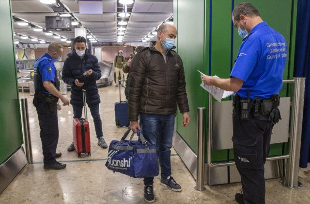 Ľudia prichádzajúci z rizikových krajín do Švajčiarska potrebujú negatívny test, nevyhnú sa ani karanténe