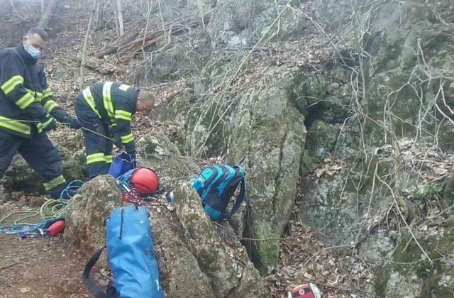 Hasiči zachránili osobu, ktorá uviazla v jaskyni pri Piešťanoch