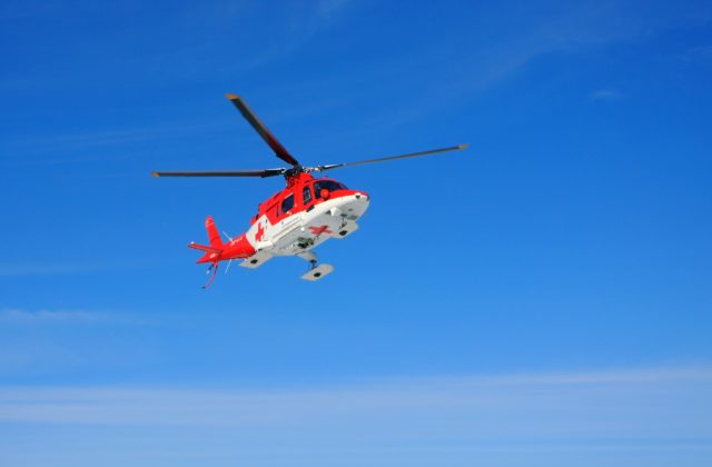 Muža na poli neštastne prešiel traktor, zasahovali leteckí záchranári