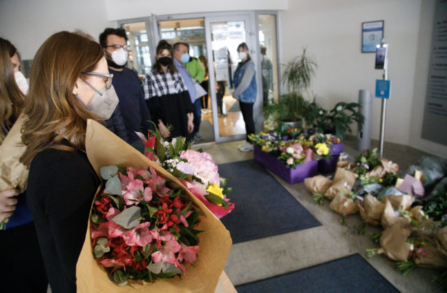 """Baťová po """"náklade"""" od Matoviča dostala desiatky kytíc kvetov od svojich podporovateľov (video)"""