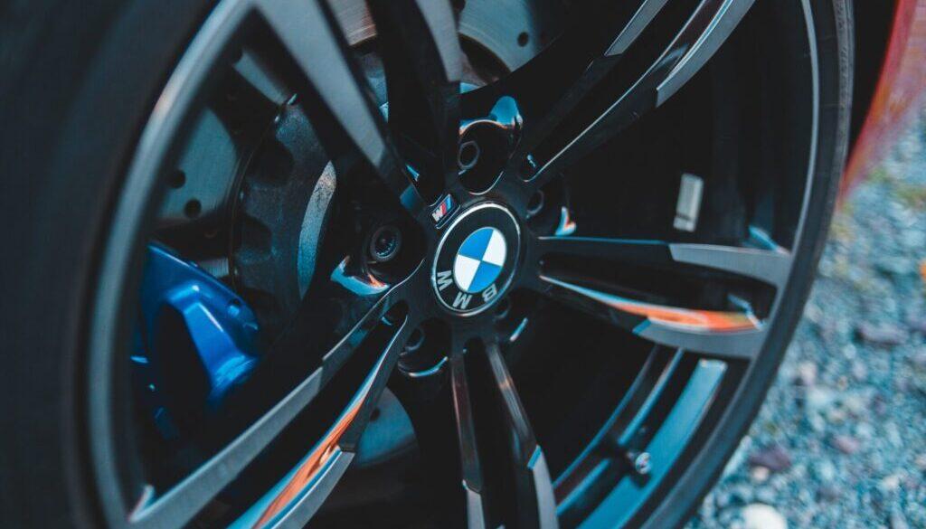 Kontrola tlaku v pneumatikách predražuje prezúvanie