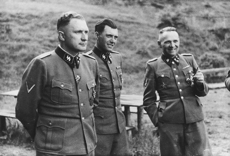 Osvětim a Mengele; matce zavázal prsa, aby dítě nemohla kojit; chtěl zjistit, jak dlouho vydrží bez jídla, jiné nechal nahé v mrazu, aby vyzkoumal pro německé vojáky na Sibiři, jak dlouho člověk v zimě přežije…