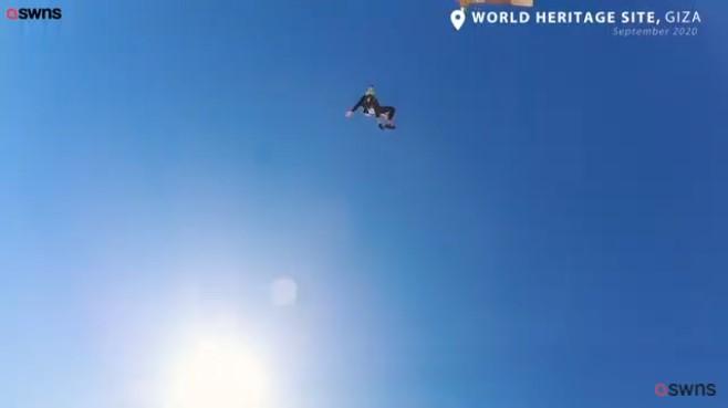 Mexickí parašutisti predvádzajú šialený zoskok z lietadla priamo nad egyptskými pyramídami – video
