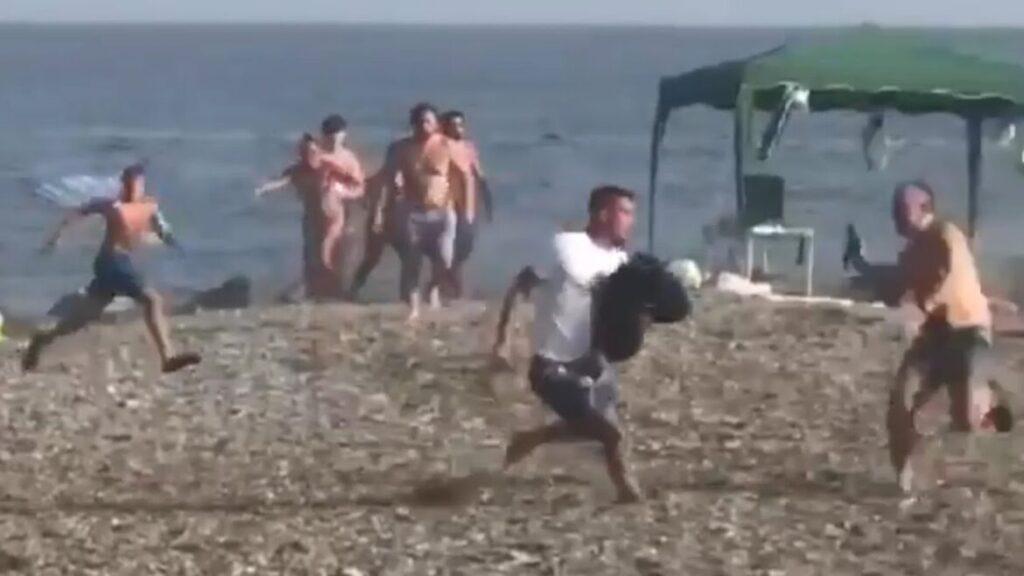 Pozrite sa, ako na španielskej pláži pomáhajú kúpajúci sa ľudia dopadnúť dealera s balíkom hašiša (video)