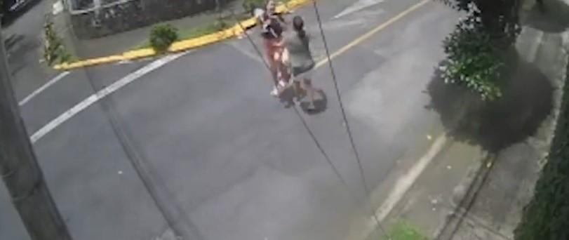 Muž zachránil ženu pred útokom pitbula (VIDEO)