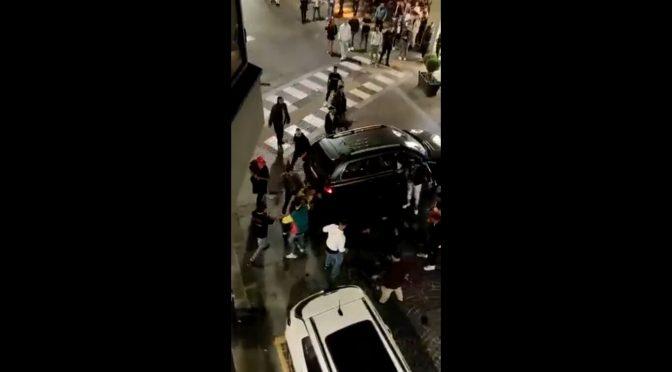 Taliansko: Útok invazistov na auto – cestujúci sú vytiahnutý von a zbitý
