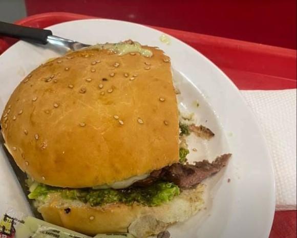 Nechutný nález vo fastfoodovom reťazci! Žena našla v hamburgeri ľudský prst + FOTO