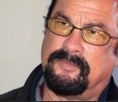 Steven Segal vo fast foode sa sťažoval na cibuľu. Zaútočil na čašníka (VIDEO)