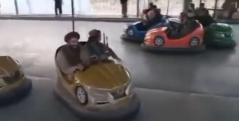 Taliban obsadil zábavný park, ozbrojení vojaci sa tam vozili na autodróme a kolotočoch