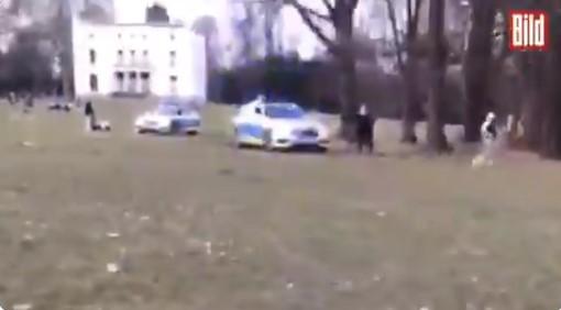 Šialenosť: Tínedžera prenasledovala nemecká polícia v parku za porušenie pravidiel COVID + VIDEO