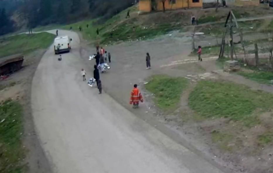 Rodičia sa len prizerajú?! Deti v osadách sa vešajú na rozbehnuté autá a padajú za jazdy! (Video)