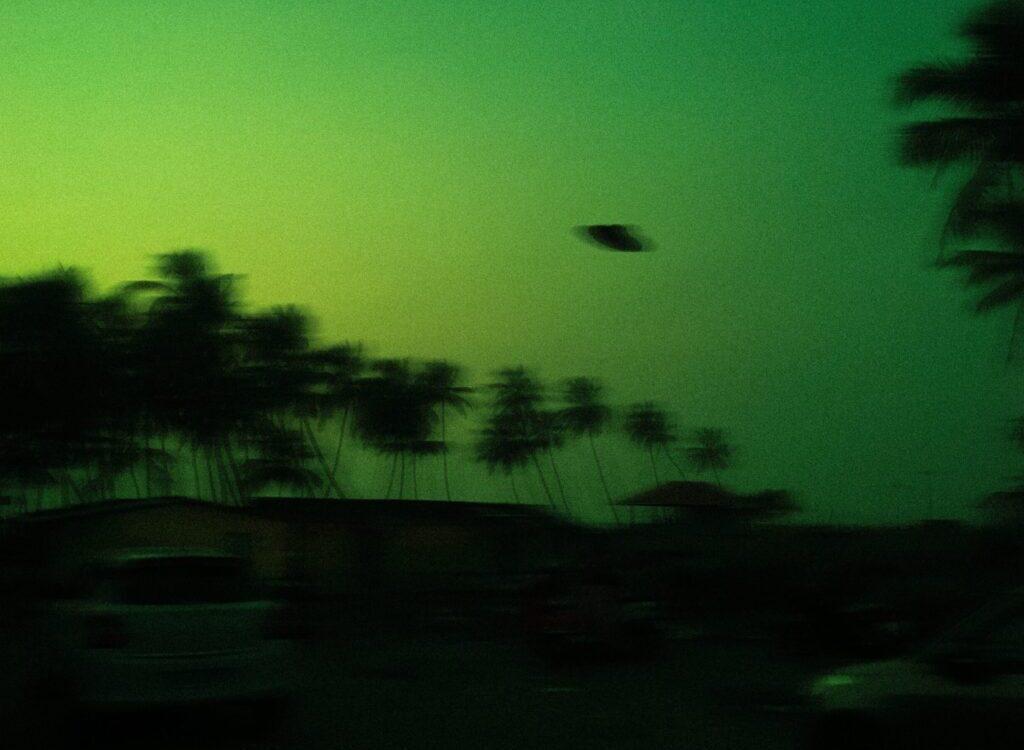 Dvaja rôzni piloti pri lete videli UFO. Záhadný zelený objekt vletel do oblaku a zmizol